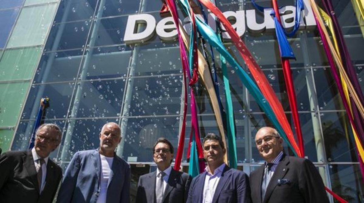 En el centro, Artur Mas, flanqueado por Thomas Meyer (izquierda) y Manel Jadraque (derecha), durante la inauguración de la sede de Desigual junto al hotel W de la Barceloneta. JOAN PUIG
