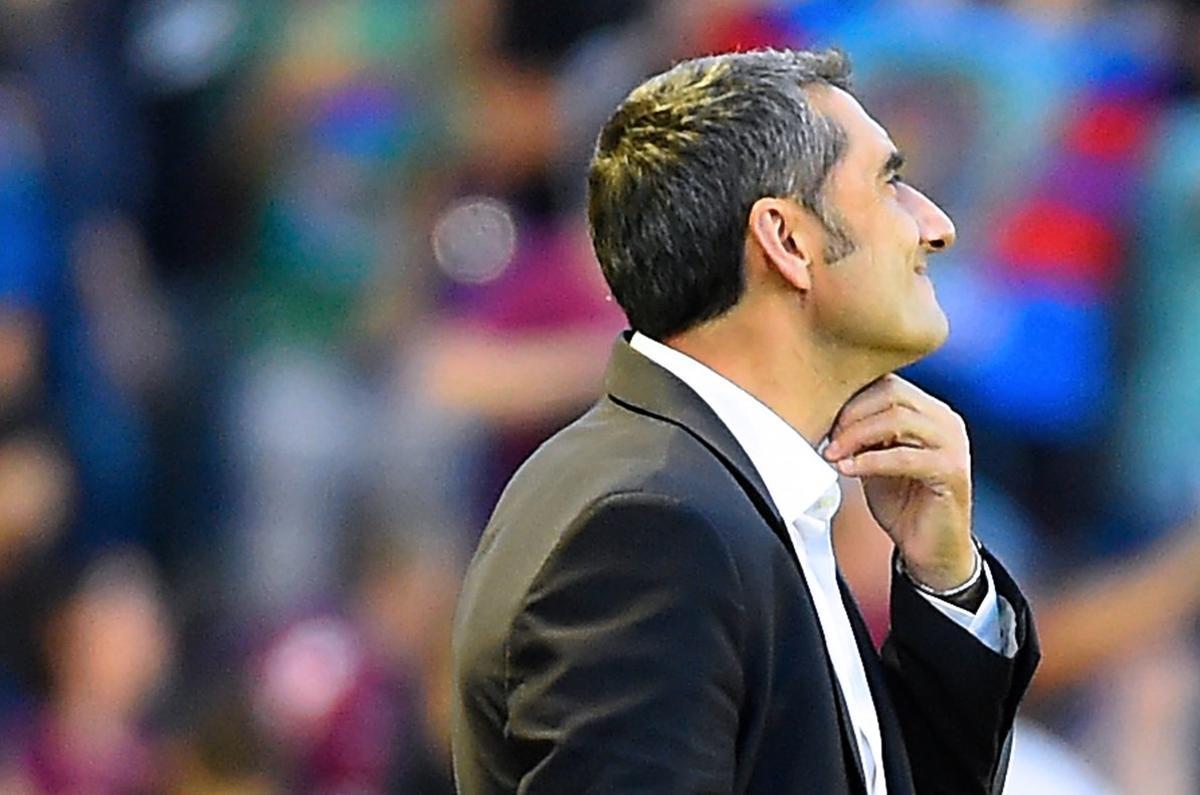 Ernesto Valverde, preocupado, durante el Levante-Barça.