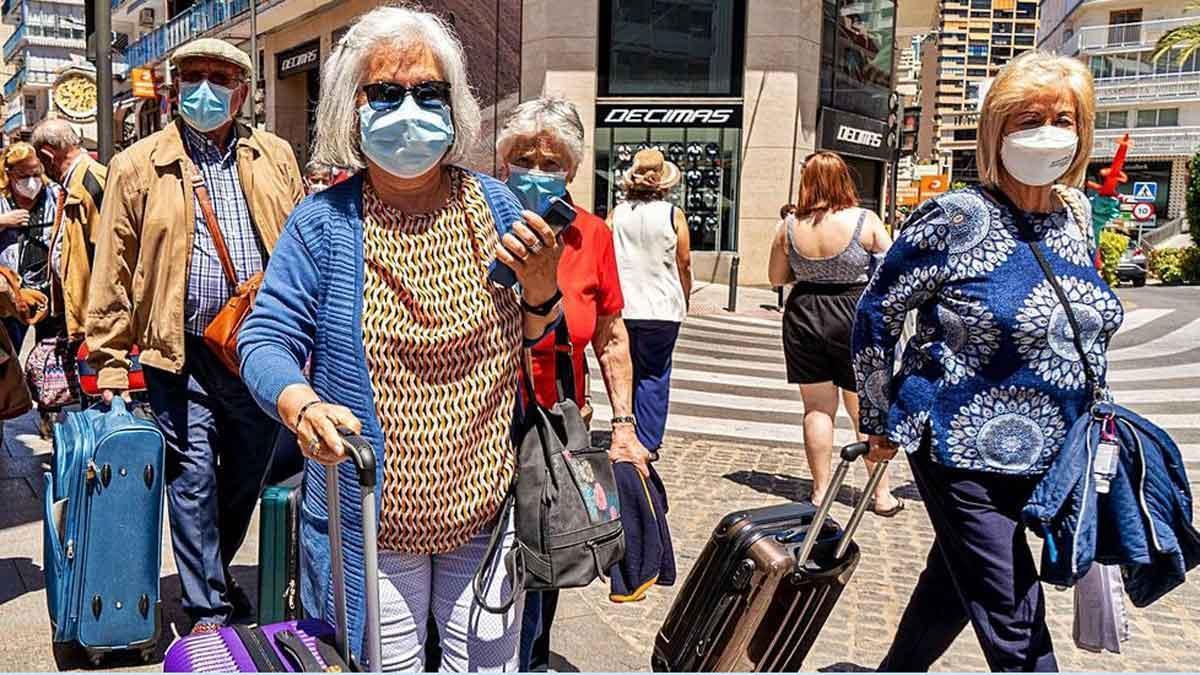 Llega a Benidorm, desde Fuenlabrada, un grupo de mayores vacunados para disfrutar de unas vacaciones.