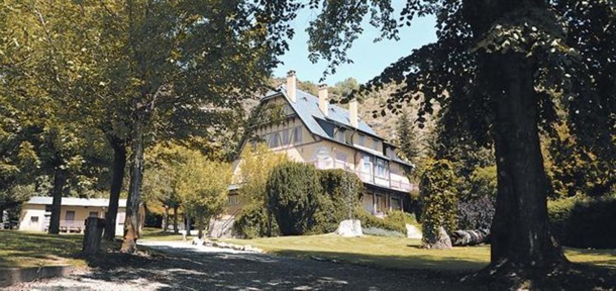 Entorno paradisiaco . Imagen de la mansión de la familia Pujol en la localidad francesa de La Tor de Querol, ayer al mediodía.
