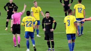 Messi, con el rostro serio en la derrota de Cádiz (2-1).