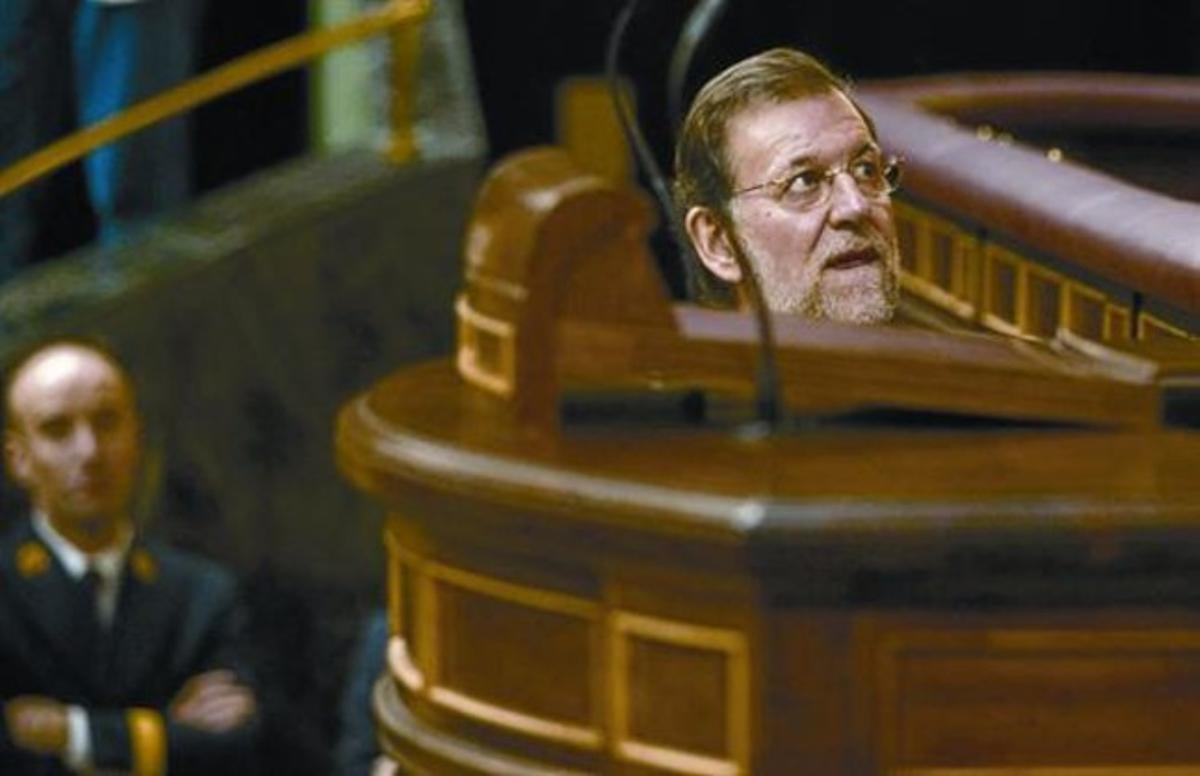 El presidente del Gobierno, Mariano Rajoy, sube a la tribuna del Congreso, ayer, en un momento del pleno que se celebró en la Cámara baja.