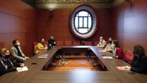 Reunión entre representantes del PSC y de los 'comuns' en el Parlament.