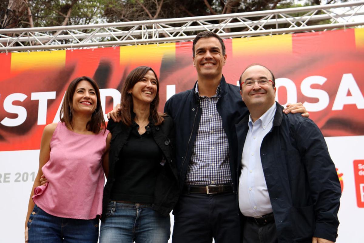 El líder del PSOE, Pedro Sánchez, entre Núria Parlon y Miquel Iceta, y junto a la alcaldesa de Gavà, Raquel Sánchez, en la Festa de la Rosa del PSC.