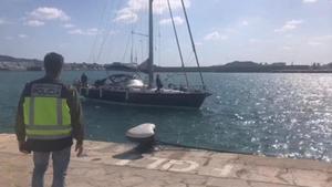 Velero intervenido porla Policía Nacional al sur de Ibiza.