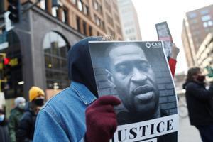 Marcha de protesta en el centro de Mineápolis pidiendo justicia en los casos de George Floyd y Daunte Wrigh.
