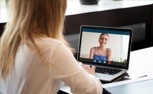 Una chica habla con su amiga por videoconferencia.