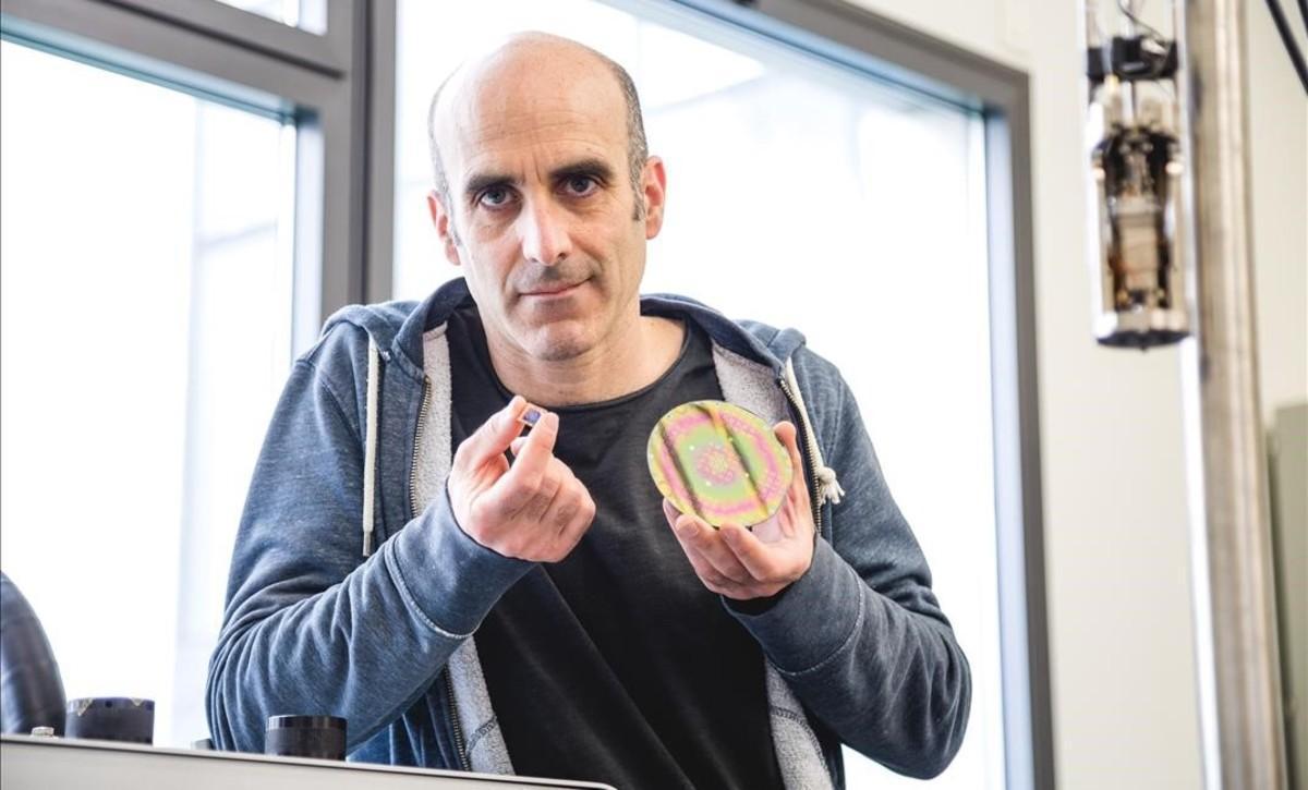 Gustau Catalán, del ICN2, muestrauna prueba de concepto de sus investigaciones.