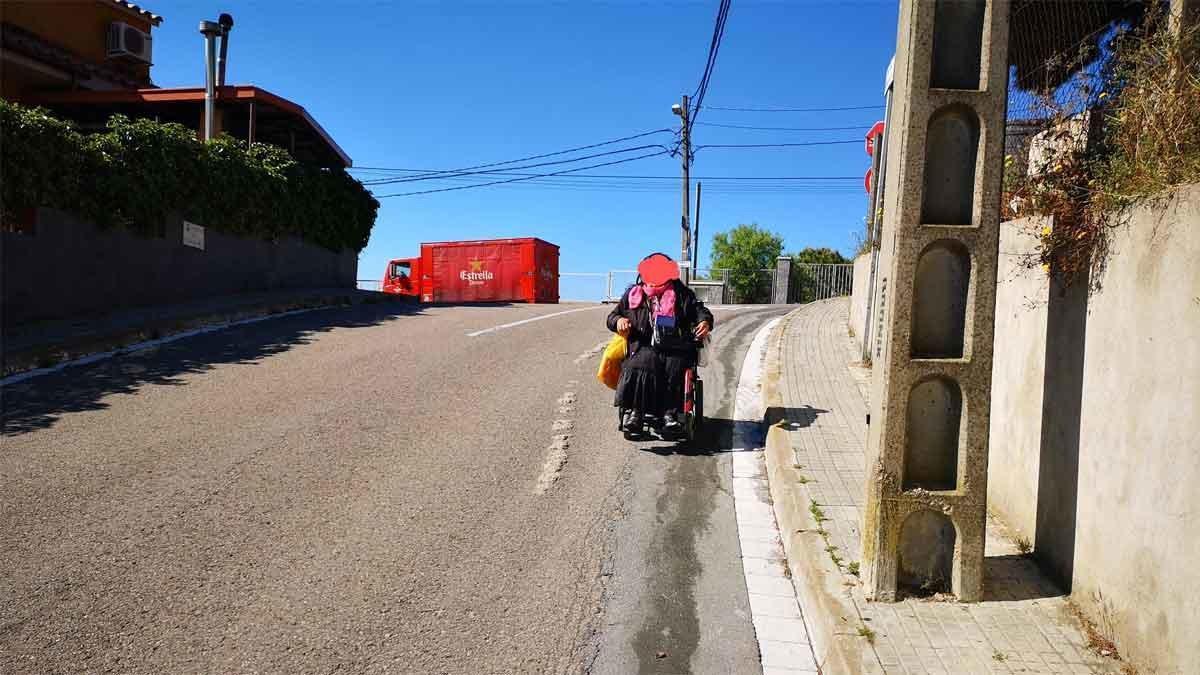 Aceras en mal estado y con obstáculos en la urbanización Castellnou de Rubí. Foto del lector Luis Aguilar.