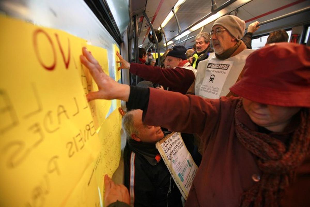 Manifestantes del colectivo 'iaioflautas' en el autobús ocupado.