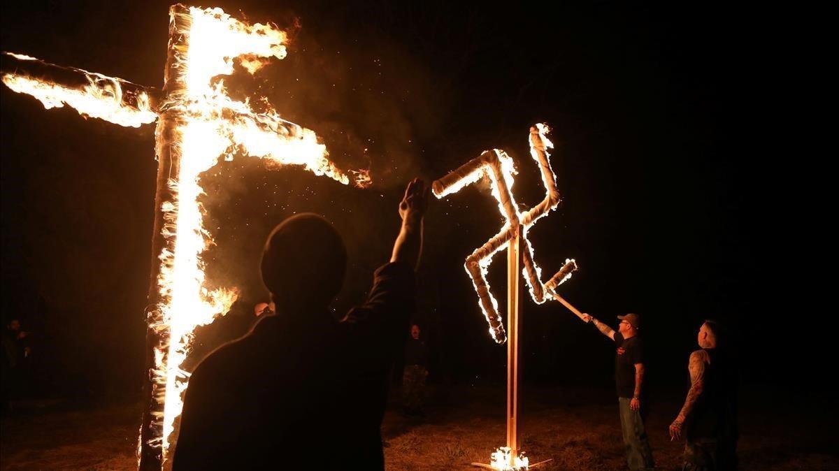 Miembros de un grupo supremacista blanco en Arkansas, EEUU.