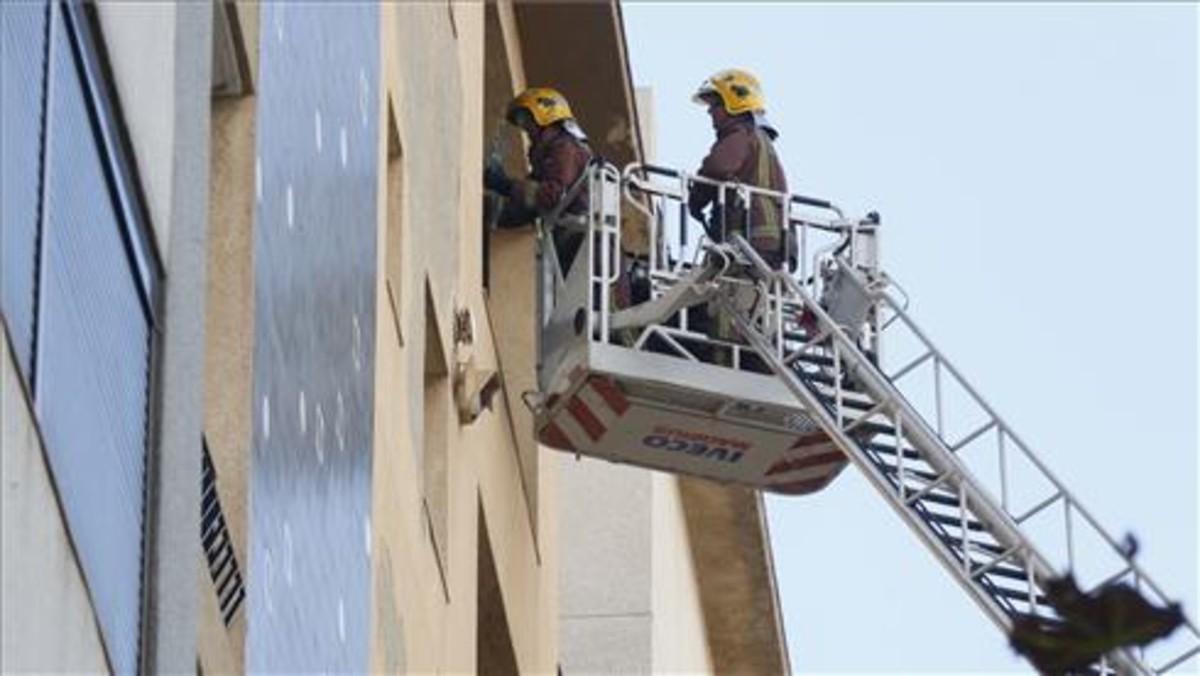 Un bombero inspecciona los pisos afectados.