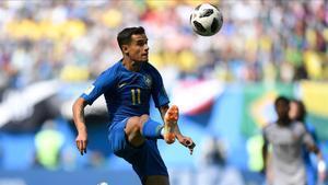 Coutinho controla un balón en el partido ante Costa Rica.