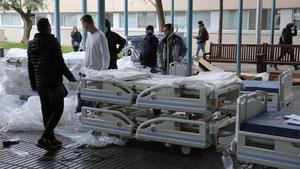 Descarga de camas y material sanitario en el Hospital del Mar.