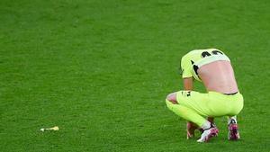Felipe, defensa del Atlético, muestra su decepción, anoche, en San Mamés.