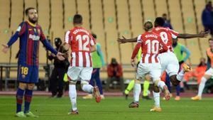 Alba se lamenta tras el tercer gol del Athletic, obra de Williams, que corre eufórico.