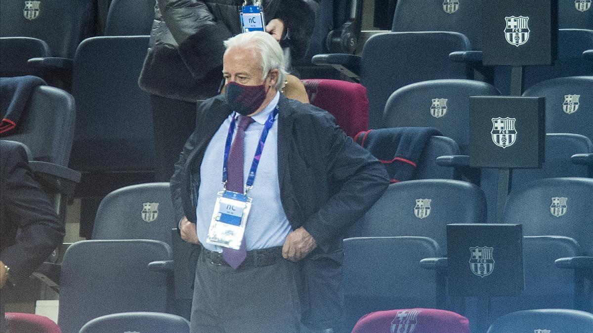 Carles Tusquets, presidente de la comisión gestora, en el palco del Camp Nou.