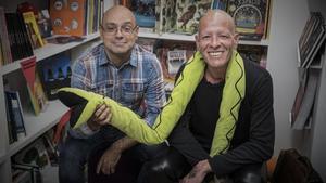 El escritorHernán Migoya y el ilustrador Santiago Sequeiros, autores de 'Hazañas eróticasdelcuarentón hijoputa', en la librería Malpaso de Barcelona.