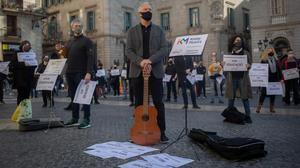Concentración de directores y profesores de escuelas de música privada en la plaza Sant Jaume de Barcelona, este miércoles, para protestar por las restricciones.
