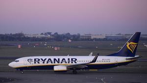 Un avión de Ryanair,modelo Boieng 737 como elincautado en el aeropuerto de Burdeos.