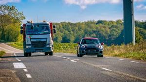 La última ley de la DGT te impedirá adelantar a otros coches