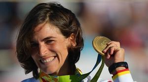 Maialen Chourraut exhibe orgullosa su medalla de oro en el podio.