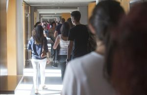 Estudiantes en un pasillo del edificio de aulas del campus Catalunya que la URV tiene en Tarragona, esta semana.