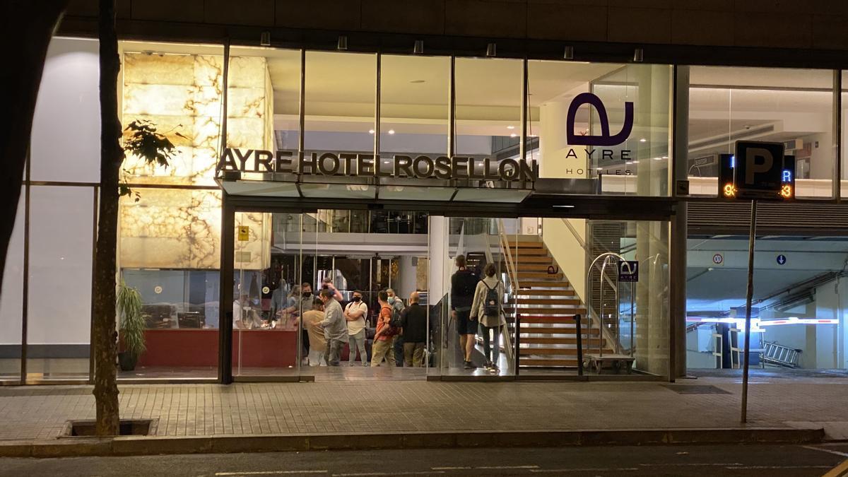 Unos turistas llegan a un hotel de Barcelona.