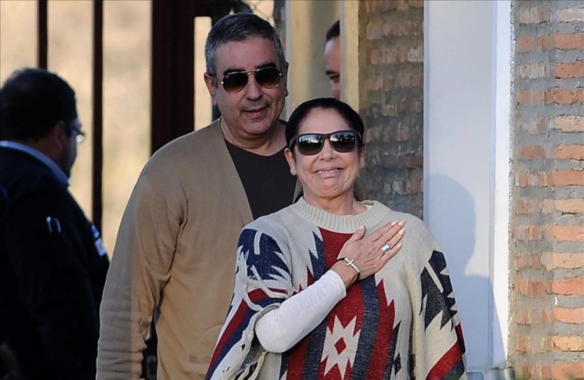 La cantante Isabel Pantoja, acompañada de su hermano Agustín, a la salida de la cárcel el 2 de marzo del 2016.