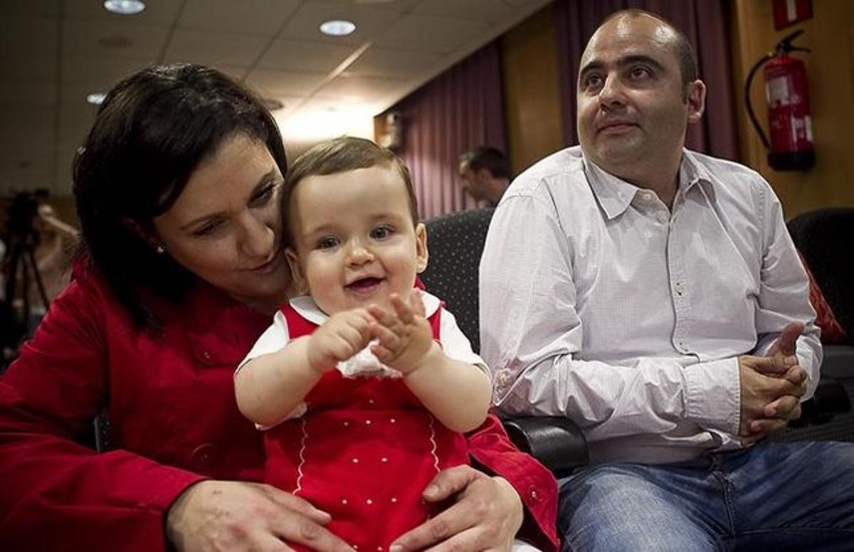 Álvaro, el niño que fue operado de la laringe cuando era un feto, con sus padres.