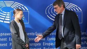 El presidente del Parlamento europeo, David Maria Sassoli, saluda a Greta Thunberg en su visita a Bruselas.