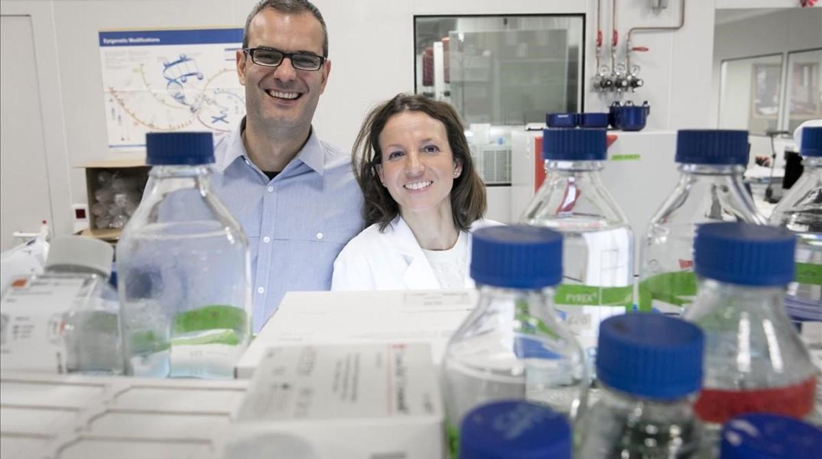 Los investigadores Salvador Aznar Benitah, coordinador del trabajo, y Gloria Pascual, primera firmante, en un laboratorio del Institut de Recerca Biomèdica de Barcelona (IRB Barcelona).