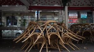 Terraza recogida de un bar cerrado en Barcelona