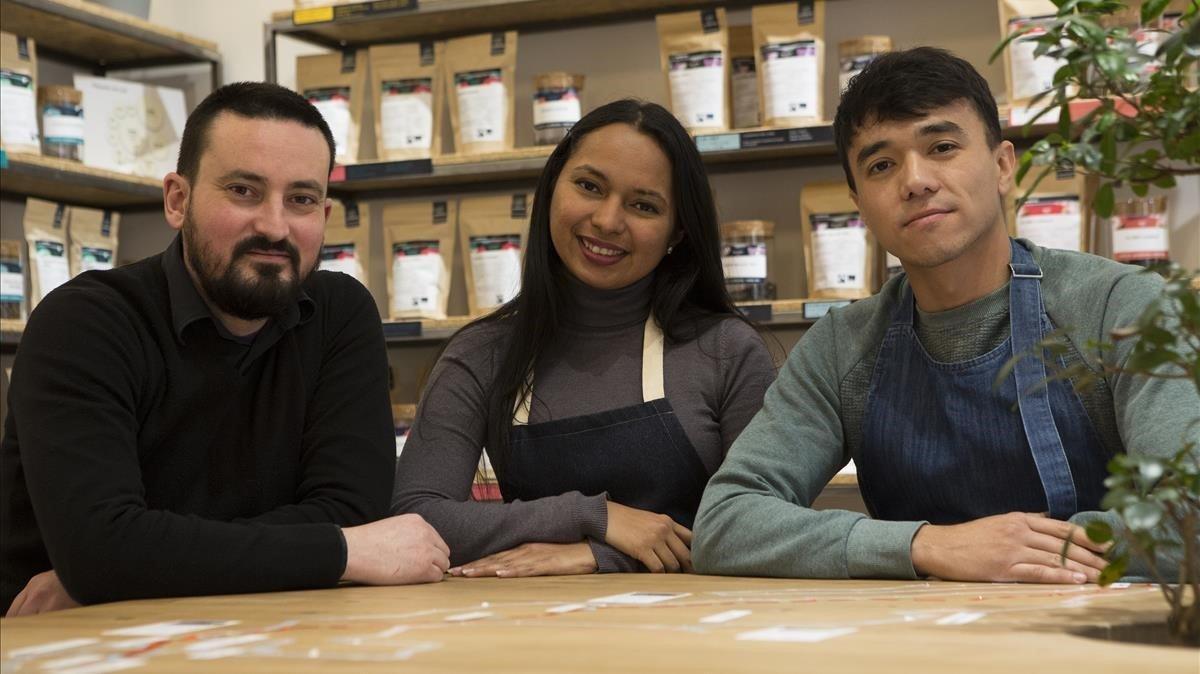 De izquierda a derecha, Toño Otero, creador de Ecolectia, y sus dos empleados: Carolina Torres yShukhrat Abdyganiev.