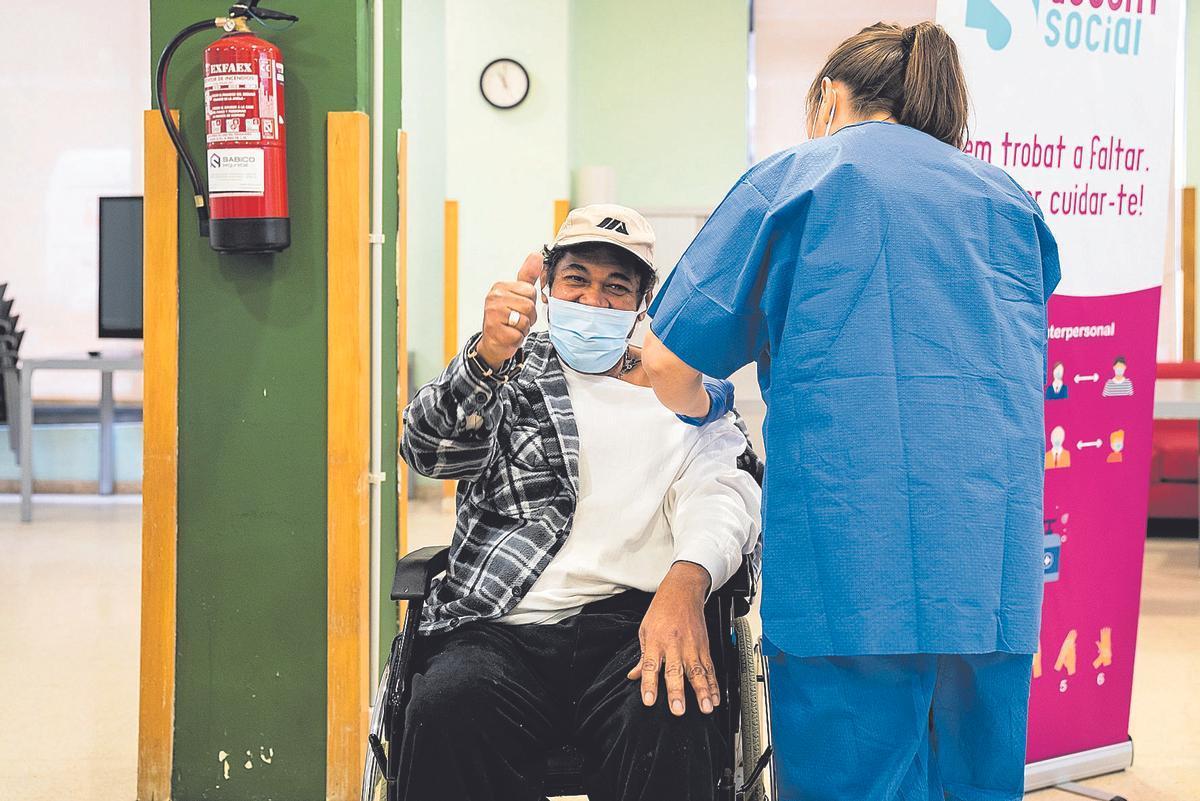 Persona vacunándose en una residencia.