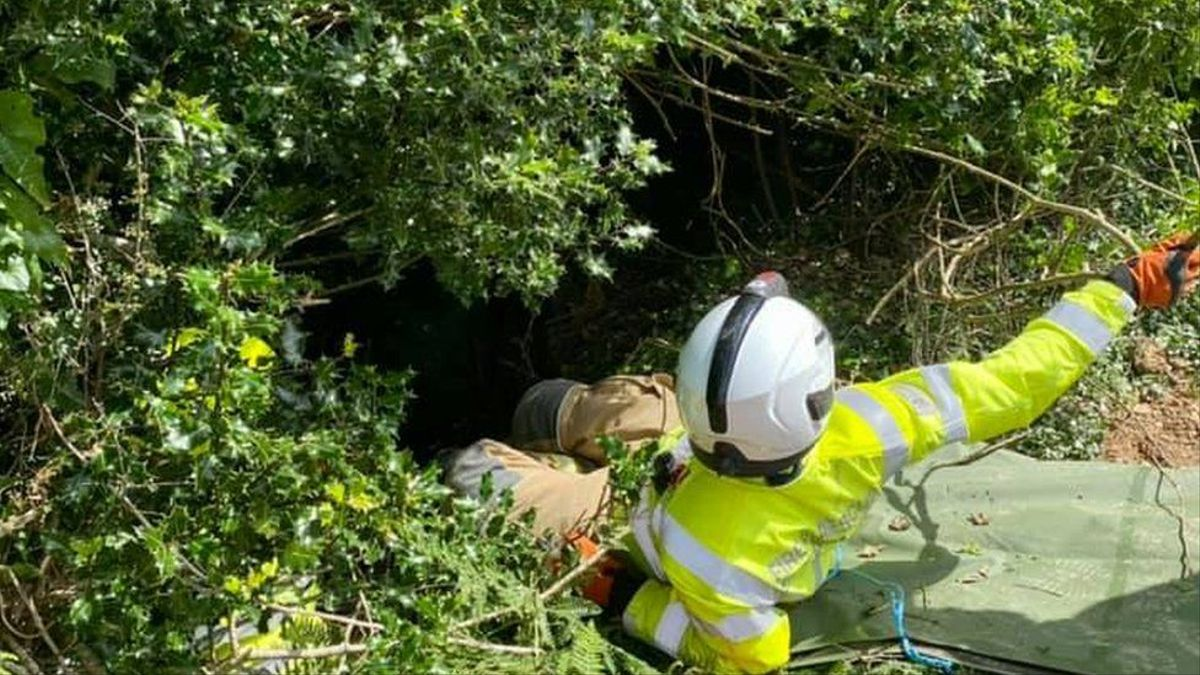 Un hombre se prepara para descender al lugar donde se encontraba la mujer rescatada en la localidad británica de Bodmin, el pasado día 14.