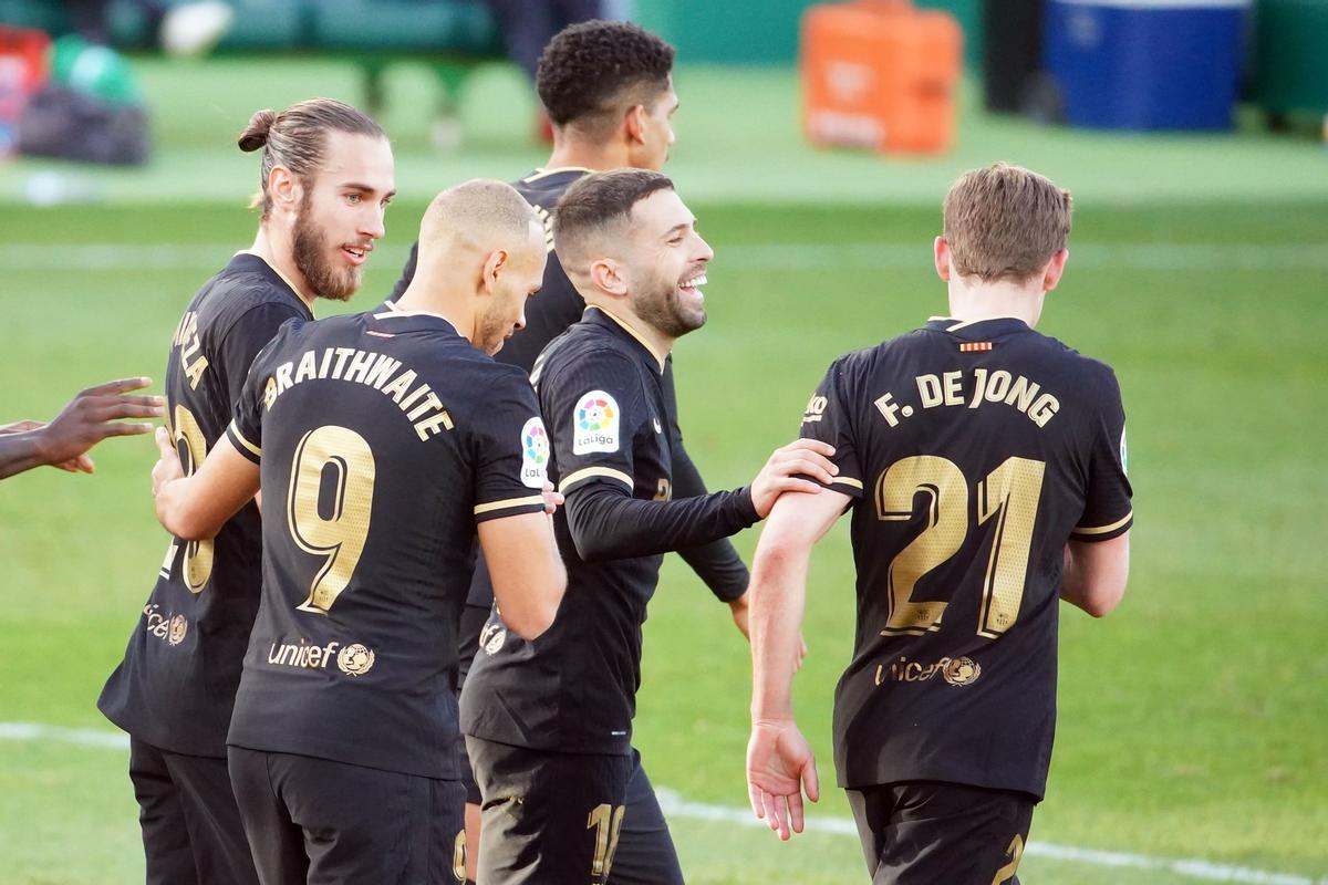 De Jong es felicitado por sus compañeros tras marcar el 0-1 al Elche.