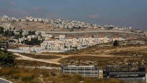 Vista del asentamiento judío deNeve Yaakov, en la parte norte de Jerusalén Este, y la localidad palestina de Al-Ram, en la parte ocupada de Cisjordania, separados por un muro.