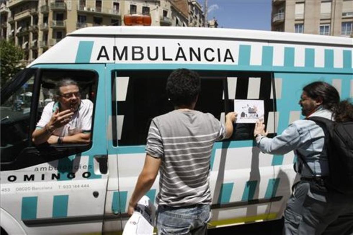Un piquete informativo discute con un conductor de ambulancias.
