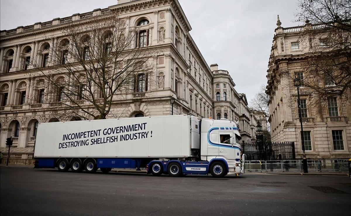 Un camión circula por Downing Street con un mensaje contra el gobierno.