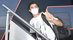 El catalán Marc Márquez (Honda), el 23 de julio, llegando a Jerez tras su primera operación en el brazo derecho.