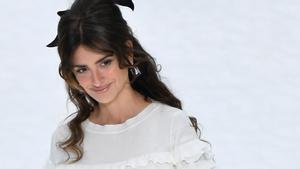 Penélope Cruz desfila para Chanel como homenaje a Karl Lagerfeld.