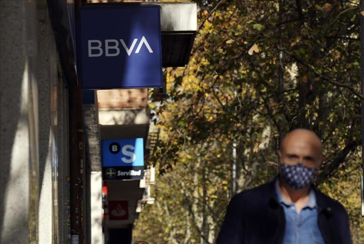Sucursalesde los Bancos BBVA y Sabadell en Madrid.