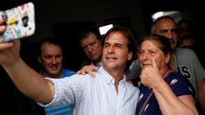 El candidato conservador a la presidencia de Uruguay, Luis Lacalle, posa con su esposa en Canelones (Uruguay).