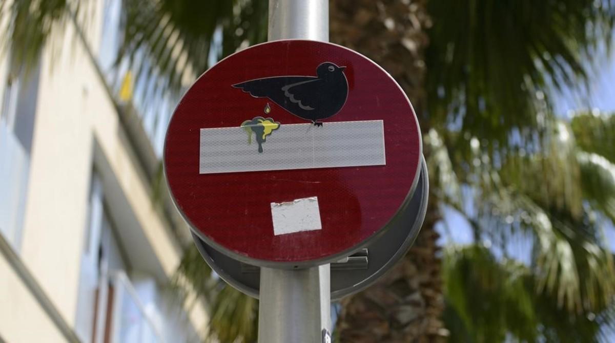 Una paloma caga en un prohibido el paso. Lo ha reinterpretado Clet Abraham, artista con base en Milán.