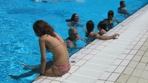 Las mujeres de L'Ametlla del Vallès decidirán si se permite hacer 'topless' en las piscinas municipales.