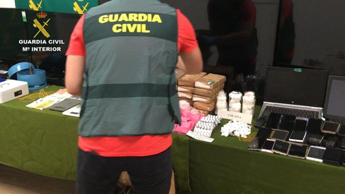 Un agente de la Guardia Civil con el material incautado, entre este, ladroga 'Pantera Rosa'