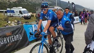 Escandell ayuda a Marc Soler tras una etapa de la Volta a la Comunitat Valenciana de este año.