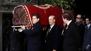 GRA174 EL ESCORIAL, (MADRID) 24/10/2019.- El nieto de Francisco Franco, Luis Alfonso de Borbón (i) lidera la comitiva familiar con los restos del dictador tras su exhumación del Valle de los Caídos y antes de su trasladado al cementerio de El Pardo-Mingorrubio para su reinhumación. EFE/Mariscal POOL -NO ARCHIVO/NO VENTAS-
