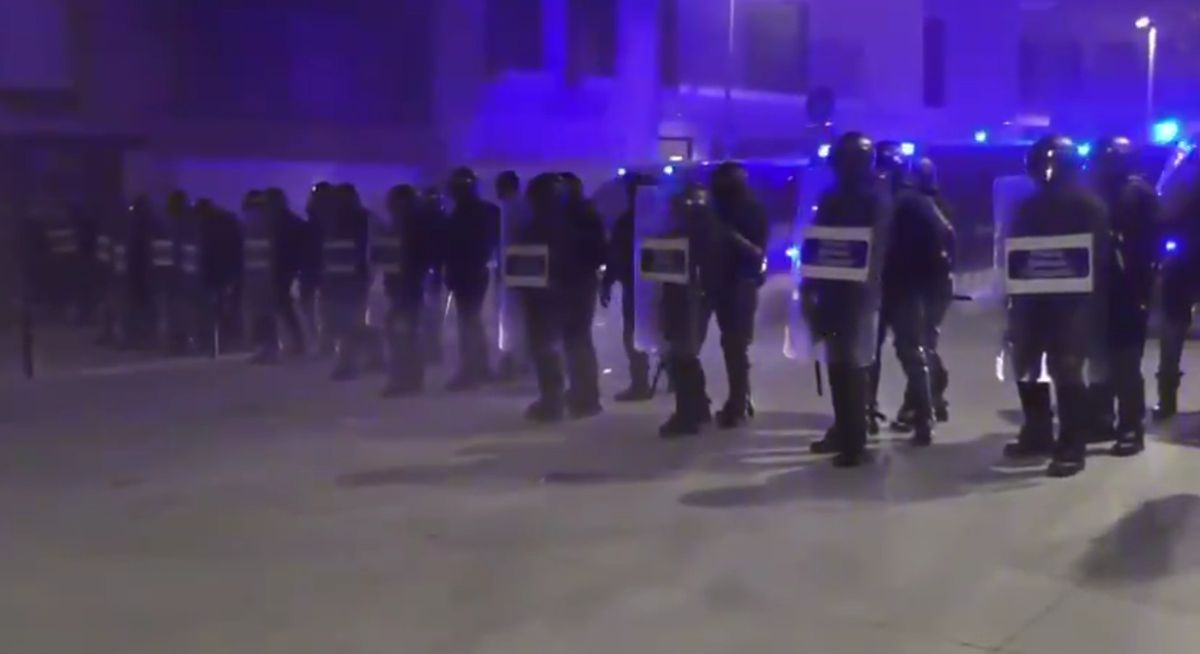 Línea policial de los Mossos durante los disturbios en Terrassa.